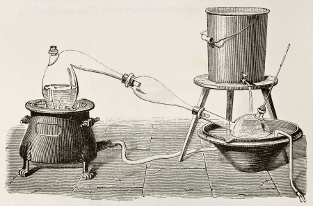 destilacion: Antigua ilustración de un aparato de destilación de agua. Original, creado por Javandier, fue publicado en L'Eau, por G. Tissandier, Hachette, Paris, 1873.