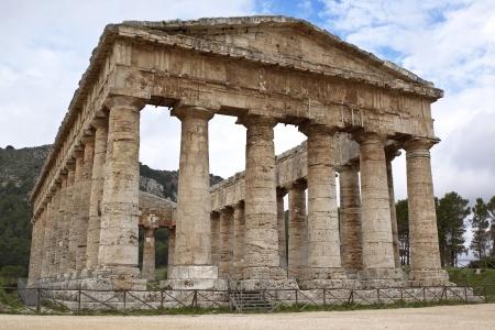 templo griego: Templo de Segesta vista frontal, en el oeste de Sicilia
