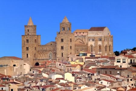 towering: Catedral se eleva sobre la ciudad en Cefal, Sicilia