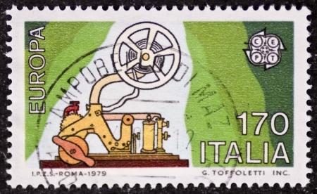 telegraphy: ITALIA CIRCA 1979: Un timbro stampato in Italia celebra l'idea europea che mostra una vecchia macchina del telegrafo. Italia, circa 1979 Editoriali