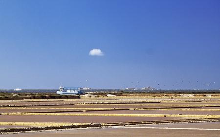 evaporacion: Sal estanques de evaporación en Stagnone laguna, Marsala, Sicilia