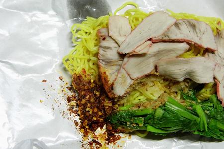 gourmet food: fideos de arroz huevo servido con rodajas de carne de cerdo - comida tailandesa calle