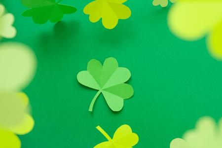 Happy St. Patrick's Day, Kleeblatt aus Papier auf weißem Hintergrund geschnitten, Textgrußkartenraster