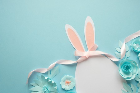 Happy easter. Easter egg made of paper on blue background. 免版税图像