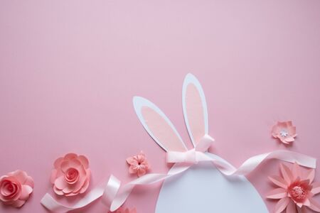 Happy easter. Easter egg made of paper with different paper flowers on pink background. Stok Fotoğraf