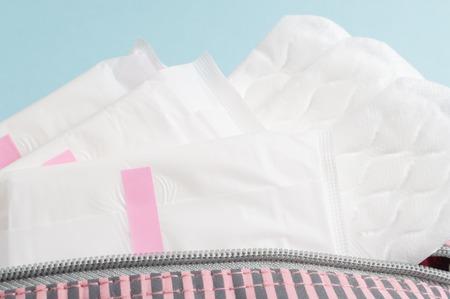 Tampons et tampons menstruels dans un sac cosmétique. Cycle de la menstruation. Hygiène et protection. Banque d'images - 80102165