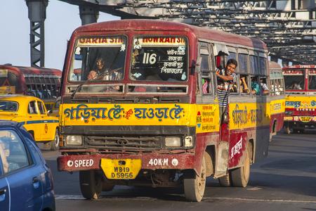 CALCUTTA, Indie - CIRCA NOVEMBER 2013: Indický autobus kolem listopadu 2013 v Kalkatě.
