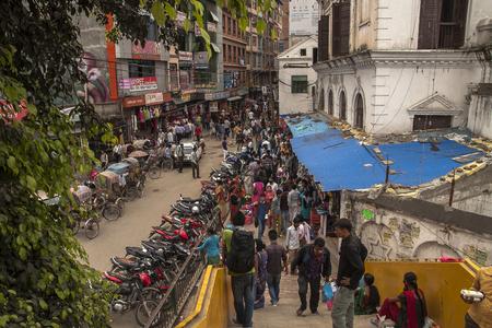 rikscha: KATHMANDU, NEPAL â ? ?CIRCA Oktober 2013: täglicher Verkehr auf den Straßen von Kathmandu circa Oktober 2013 in Kathmandu.