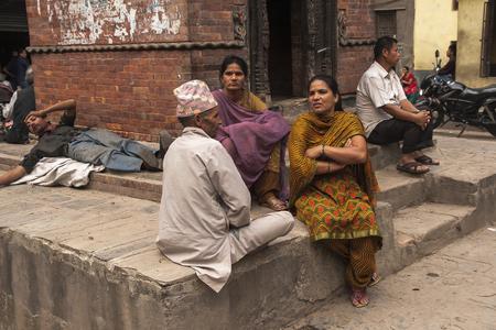 vida social: KATMANDU, NEPAL - alrededor DE OCTUBRE DE 2013: la vida social en las calles de Katmandú circa de octubre de 2013, en Katmandú.