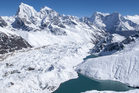 prachtig uitzicht op de Himalaya's van Gokyo Ri circa