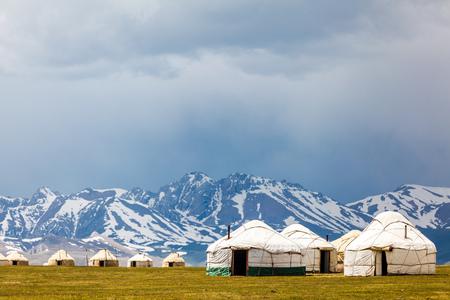 송 쿨 - 키르기스의 Tian Shan 산에서 높은 고산 호수 스톡 콘텐츠