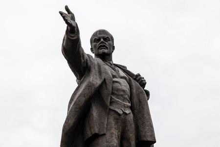BISHKEK, KYRGYZSTAN - 2017 년경 경 : 비슈 케크에서 알라 - 투 광장에 비슈 케크에서 2017 년경 경 Bishkek에서 레닌 동상. 에디토리얼