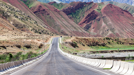 OSH, KYRGYZSTAN - CIRCA JUNE 2017: Road from Osh to Sara Tash in Kyrgyzstan circa June 2017 in Osh. Archivio Fotografico - 95134162