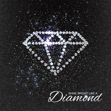 Brilliant Steine ??Diamant-Muster auf schwarzem Denim Textur. Schöne Schmuck Brosche. Ornament Kristall wertvoll, Silber Applikation Strass, Perlenstickerei, Stickerei. Mode-Dekor.
