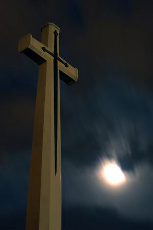 cristianismo: Cristianismo Cruz en el fondo la noche el cielo. Foto de archivo