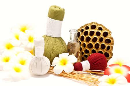 Traditionnels asiatiques à base de plantes ou de massage timbres compresser tampons avec fleur de lotus séchées sur fond blanc.