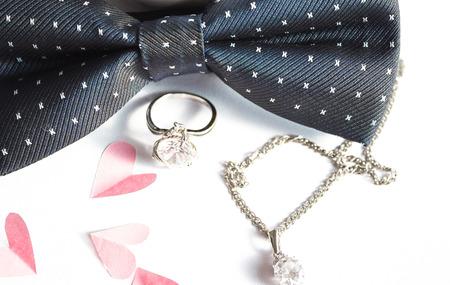 anillo de boda: Composición de la boda de color rosa corazones de papel anillo y la corbata de lazo
