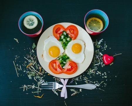 pancetta cubetti: Uova strapazzate con pomodori. tazza di tè Archivio Fotografico