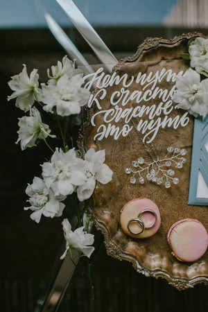 Wedding invitations and wedding rings Imagens