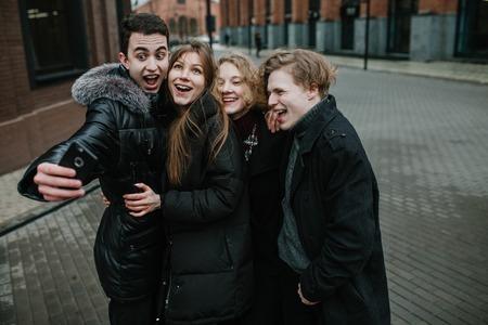 eine Gruppe junger Freunde, die ein Selfie machen und Spaß haben Standard-Bild