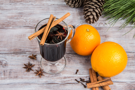 bebidas alcohÓlicas: Hot mulled wine, pine cones, cinnamon and oranges on Christmas background. Holiday alcoholic beverages