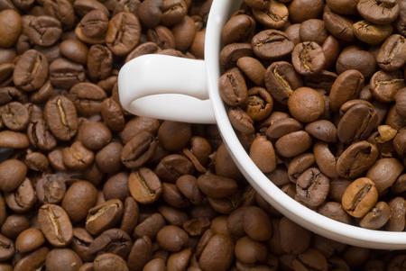 grains of coffee: Granos del caf� y taza de caf�