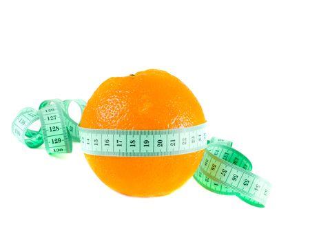 cintas metricas: naranja con una cinta m�trica. Aislamiento en blanco
