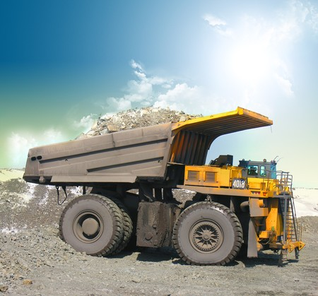 camion volteo: Amarillo camiones mineros Foto de archivo