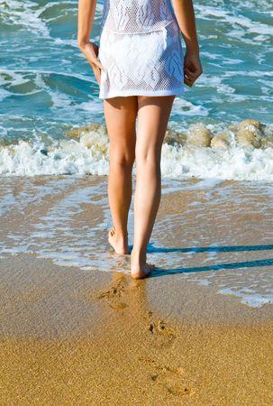 Mujer caminando por la playa Foto de archivo - 4634558