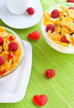 corn flakes: Flocons de ma�s et de baies fra�ches