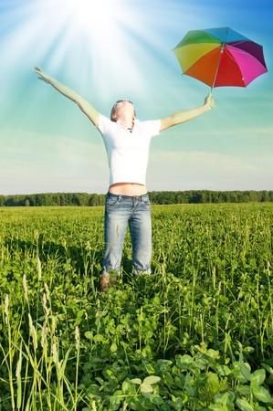 h�nde in der luft: M�dchen unter blauen Himmel mit Dach in Feld