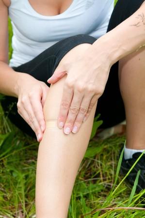 herida: mujer joven con trauma de pie en el campo.