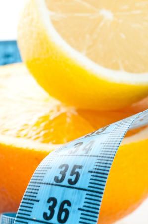cintas metricas: Frutas de Orange con medici�n aislado en blanco  Foto de archivo