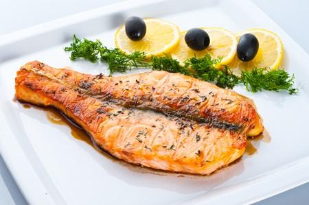 plato de pescado: Plato de pescado - salm�n a la parrilla con verduras