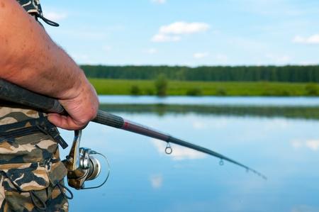 man fishing: pescador en el río
