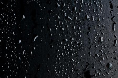 condensación: Gotas de agua sobre la superficie del metal