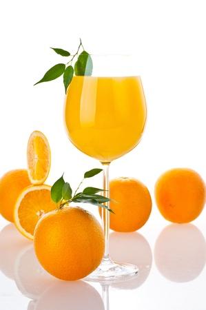 vaso de jugo: De jugo fresco de naranja en el vidrio Foto de archivo