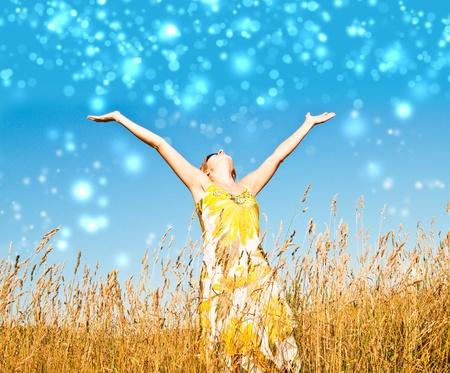 inspiratie: Jonge vrouw in het veld gelukkig en lachen. Stockfoto
