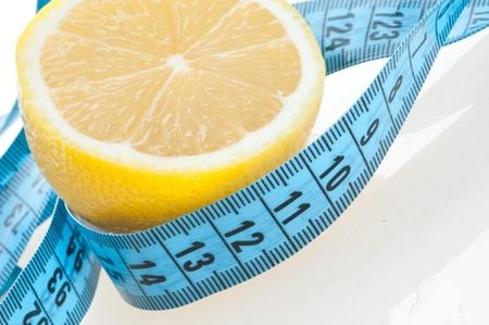 cintas metricas: Fruto de lim�n con la medici�n aislada en blanco