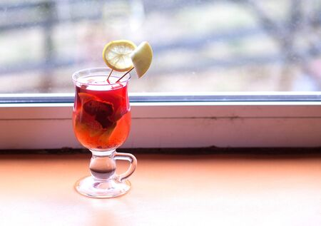 red cocktail with fruit in a glass Banque d'images