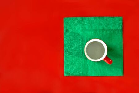 red background in the style of minimalism with a mug of coffee Banque d'images