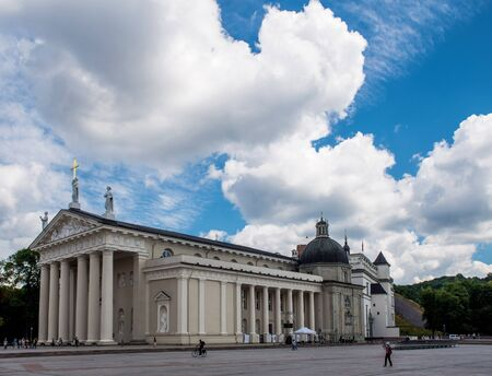 Vilnius main cathedral over blue cloudy sky 版權商用圖片