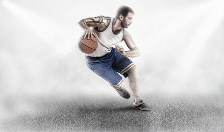 basketbal speler in licht en mist op de grond