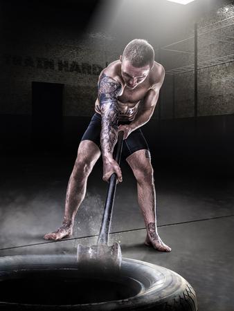 망치와 타이어와 체육관 열차에서 레슬링 선수 mma 스톡 콘텐츠