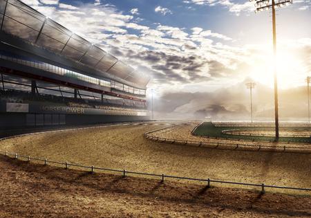 lege racebaan in de buurt van berg met stadionverlichting Stockfoto