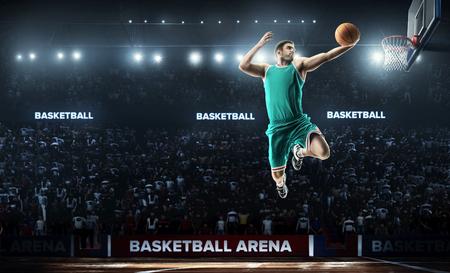 Un joueur de basket-ball saute dans le stade vue panoramique Banque d'images - 92411770