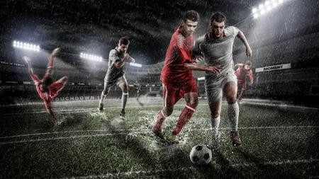 Brutale voetbalactie op regenachtige 3d sportarena. volwassen speler met bal Stockfoto