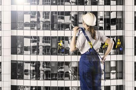 Portret van bouwer in een helm op stadsachtergrond