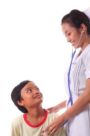 krankes kind: asian Krankenschwester Betreuung eines kranken Kindes