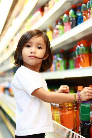 gaseosas: ni�a asi�tica de compras en el supermercado